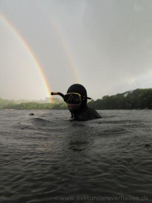 Jonas med regnbuen i ryggen